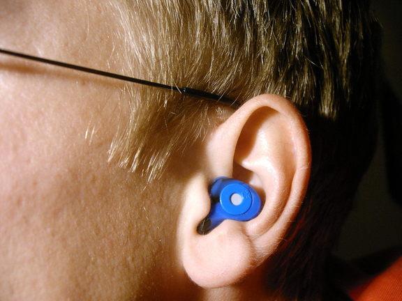 Somebody wearing an earplug